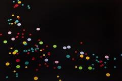 Confettien op zwarte achtergrond royalty-vrije stock afbeelding