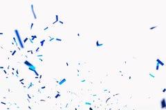 Confettien van crackers Blauwe elementen op een witte achtergrond Geschoten van confettien bij een partij Feestelijke stemming Kr stock foto