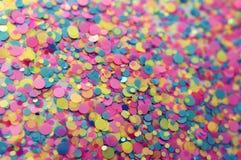 Confettienachtergrond in neon roze, gele, blauwe kleuren Feestelijke B royalty-vrije stock afbeelding