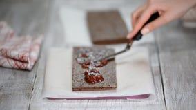 Confettiere che fa il dolce di cioccolato Il processo di fabbricazione del dolce archivi video