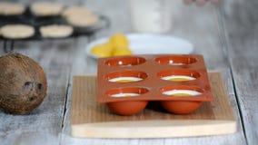 Confettiere che fa le cupole della mousse Dessert moderno della mousse video d archivio