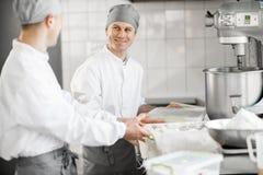 Confettiere che lavora alla fabbricazione del forno immagini stock libere da diritti