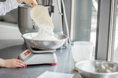 Confettiere della donna che lavora alla fabbricazione del forno fotografie stock