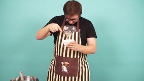 In confettiere esperto che aggiunge gli ingredienti per la preparazione di pasta, dolce bollente archivi video