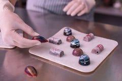 Confettiere professionista che fa i dolci molto creativi del cioccolato fotografie stock libere da diritti