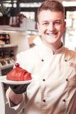Confettiere professionista che presenta il suo nuovo dessert delizioso fotografia stock