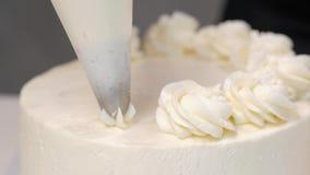Confettiere sul lavoro Decorazione del dolce della crema della latteria Cucini la tavola che prepara un dolce archivi video