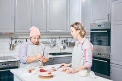 Confettieri che cucinano dessert fotografia stock