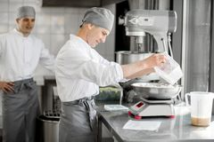 Confettieri che lavorano alla fabbricazione del forno fotografia stock libera da diritti