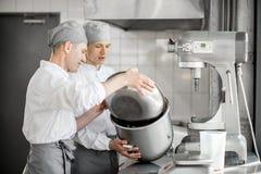 Confettieri che lavorano alla fabbricazione del forno fotografia stock