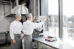 Confettieri che lavorano alla fabbricazione del forno fotografie stock