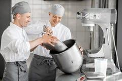 Confettieri che lavorano alla fabbricazione del forno immagine stock libera da diritti
