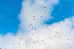 Confettis colorés dans le ciel Photographie stock