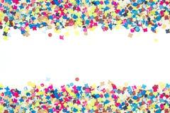 Confettis colorés dans le large bordure Images stock
