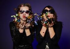 Confettis colorés de soufflement Images libres de droits