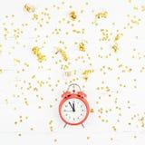 Confettis d'or de réveil de composition en nouvelle année photographie stock