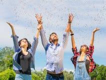 Confettis de lancement d'ami dans le ciel Images libres de droits