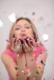 Confettis de soufflement de femme dans le ciel Photos libres de droits