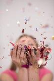 Confettis de soufflement de femme dans le ciel Images libres de droits