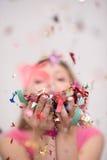 Confettis de soufflement de femme dans le ciel Images stock