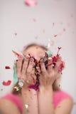 Confettis de soufflement de femme dans le ciel Image libre de droits