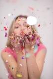 Confettis de soufflement de femme dans le ciel Photo libre de droits