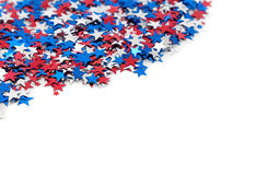 Confettis en forme d'étoile blancs et bleus rouges sur le blanc Image libre de droits