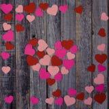 Confettis en forme de coeur sur le fond en bois Photos libres de droits