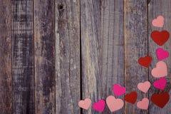 Confettis en forme de coeur sur le fond en bois Image stock
