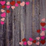 Confettis en forme de coeur sur le fond en bois Images stock