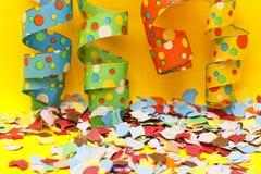 Confettis et flammes de réception image stock