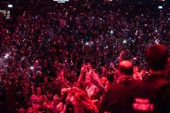 Confettis jetant au-dessus de faire la fête la foule Image libre de droits