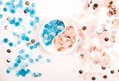 Confettis multicolores lumineux d'isolement sur le fond blanc photos libres de droits
