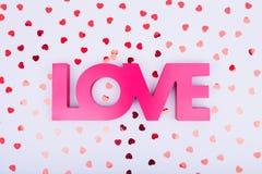 Confettis rouges de coeur d'AMOUR et de scintillement de signe Concept de Saint Valentin Photo libre de droits