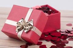 Confettis rouges de coeurs dans la boîte Image stock