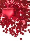 Confettis rouges de coeurs sur le fond blanc Photo libre de droits