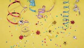 Confettis rouges, jaunes et verts de coeur et de cercle sur un fond de YELOW Photo de haute résolution Photos libres de droits