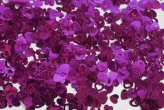 Confettis sous forme de coeurs dispersés sur la table Images libres de droits
