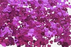 Confettis sous forme de coeurs dispersés sur la table Photo libre de droits