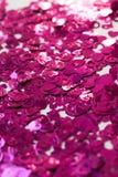 Confettis sous forme de coeurs dispersés sur la table Photographie stock libre de droits