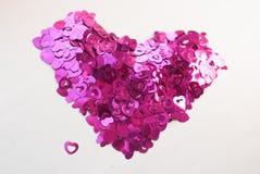 Confettis sous forme de coeurs dispersés sur la table Image libre de droits