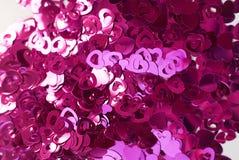 Confettis sous forme de coeurs dispersés sur la table Photos libres de droits