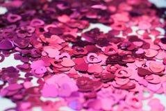Confettis sous forme de coeurs dispersés sur la table Image stock
