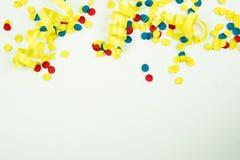 Confettis sur un fond blanc avec l'espace sous lui photographie stock
