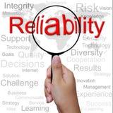 Confiabilidade, palavra na lupa fotografia de stock royalty free