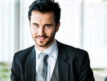 Confiado del hombre de negocios del retrato y hermoso elegantes con los ojos azules y bigote en un traje o un traje de negocios y Imagenes de archivo