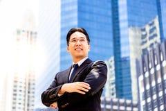 Confiança do retrato e homem executivo considerável determinado encanto fotografia de stock