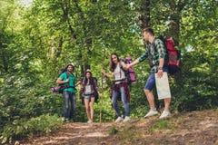 Confiance, amour, appui, aide, concept d'amitié Quatre amis augmentent au printemps des bois, le type tient la main du ` s de dam Photographie stock