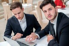 Confiance en travail Deux réussis et homme d'affaires sûr Photo libre de droits
