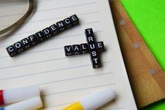 Confiance - message de confiance de valeur écrit sur les blocs en bois concepts d'éducation et de motivation image stock